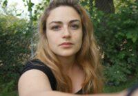 Dāņu izcelsmes meitene  atsakās skūt savas ūsas un sakopt uzacis, pieņemot sevi tādu, kāda viņa ir